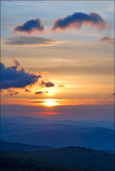 Голубые холмы на рассвете