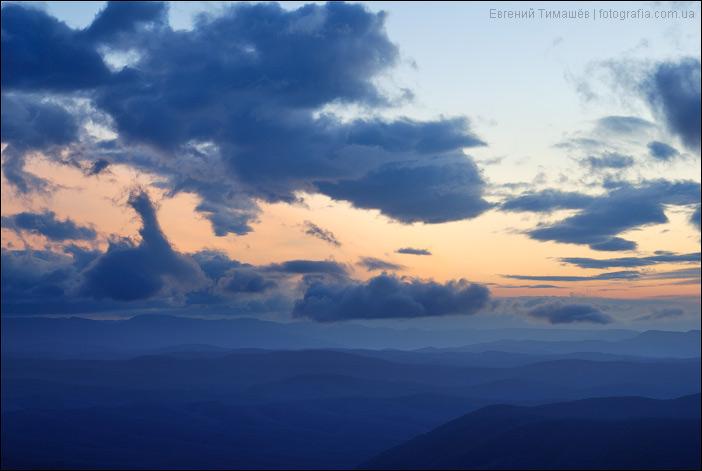 Закатное небо и холмы