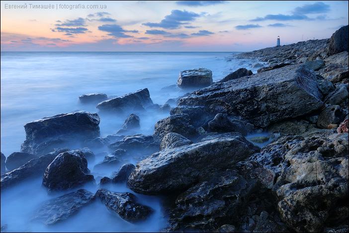 Море, камни, маяк