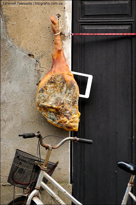 Заплесневелое мясо и велосипед на улице Китая в Хуаньшань
