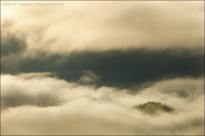 Холм в облаках и тумане