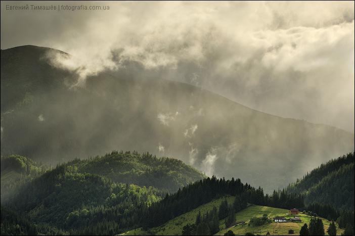 Грозовые облака в карпатском селе Дземброня