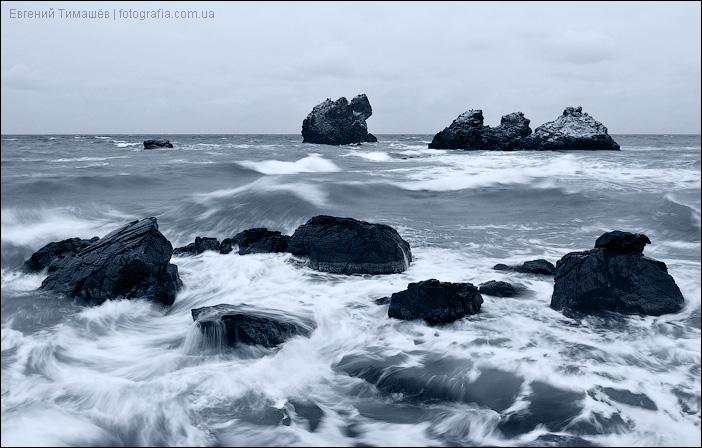 Камни в штормовом море