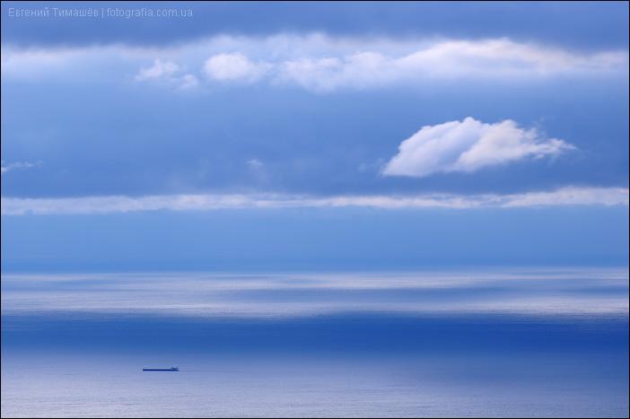 Корабль в море на рассвете