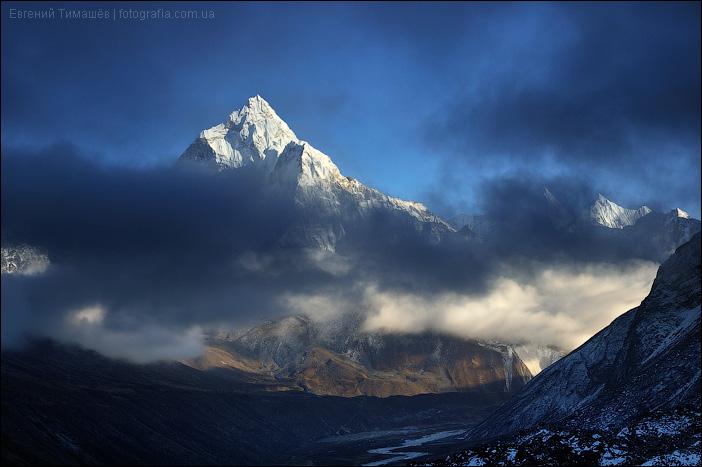 Ама Даблам в облаках, Непал, Гималаи