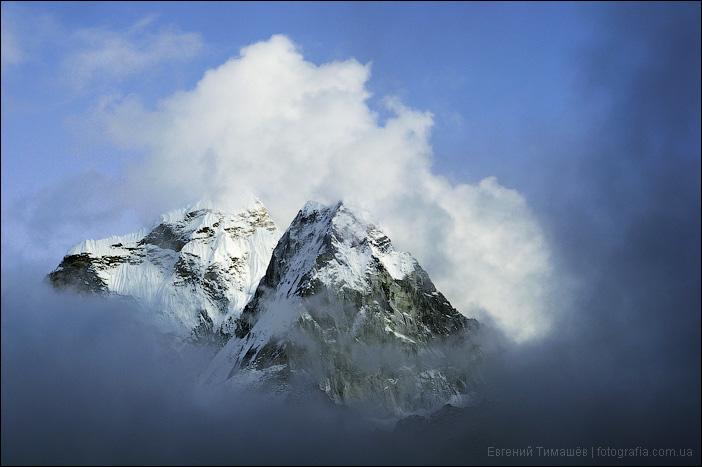 Вершина Ама Даблам в облаках, Непал, Гималаи