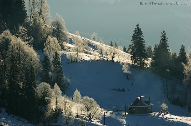 Сельский дом зимой в горах