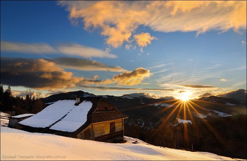 Зимний домик в снегу на рассвете в горах, Карпаты