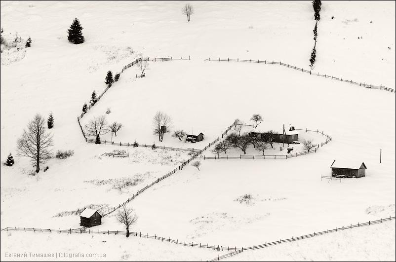 Сельские постройки на снегу