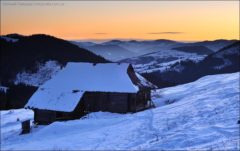 Дом в горах на рассвете зимой