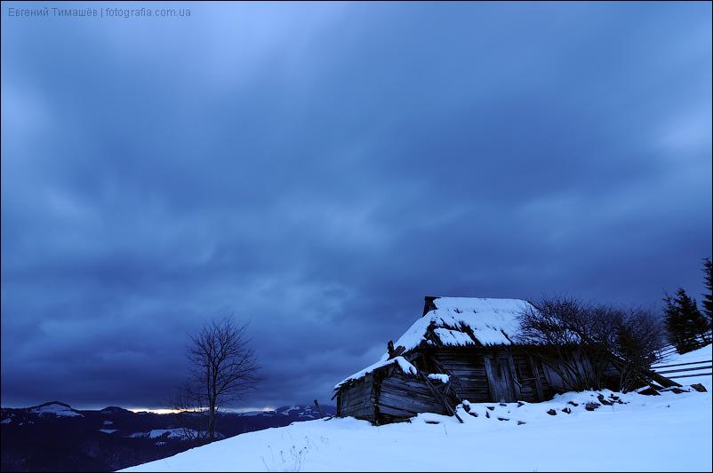 Тучи над хатой в Карпатских горах