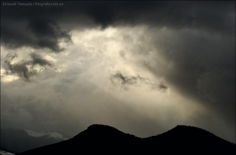 Лучи света над горными вершинами