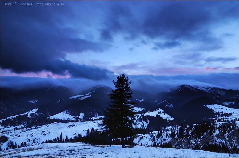 Грозовые облака на закате в горах
