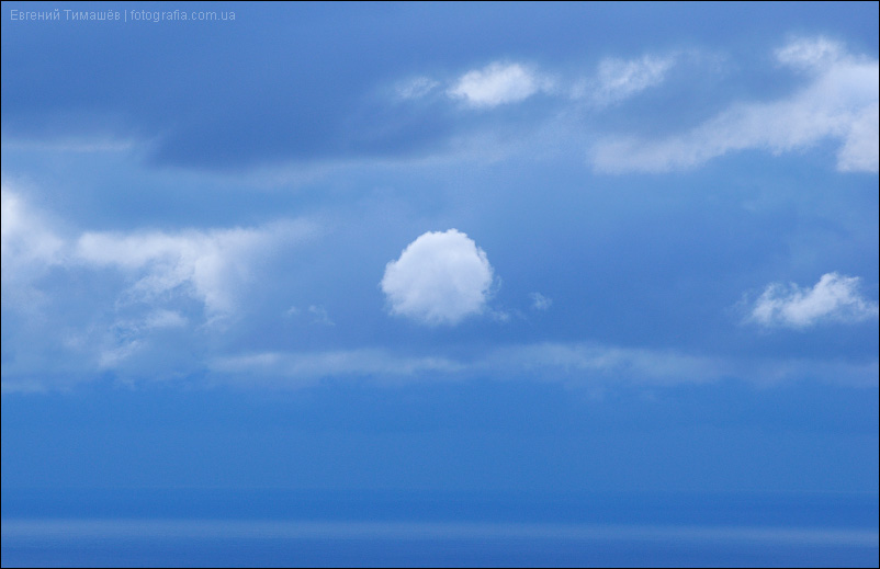 Белое облако в синем небе