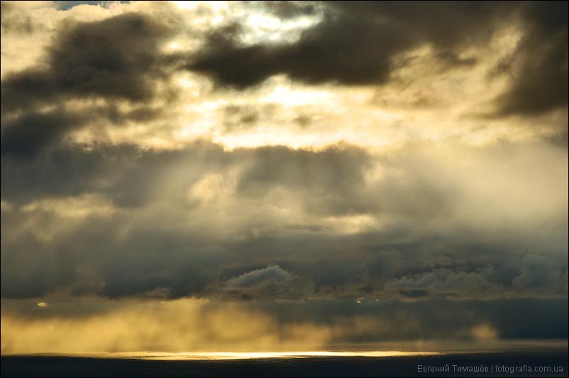 Солнечные лучи над Черным морем в Крыму