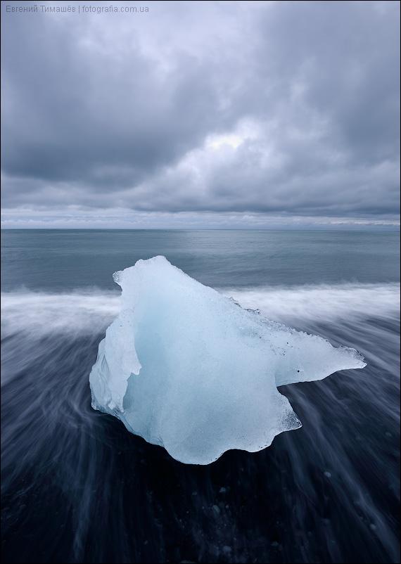 Исландия, льдина на пляже с черным песком