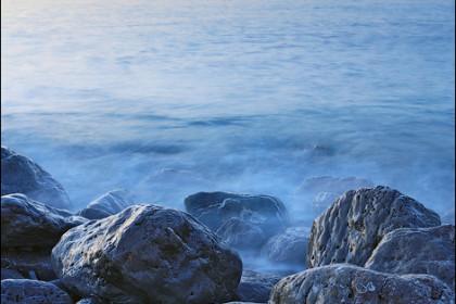 Маяк и камни